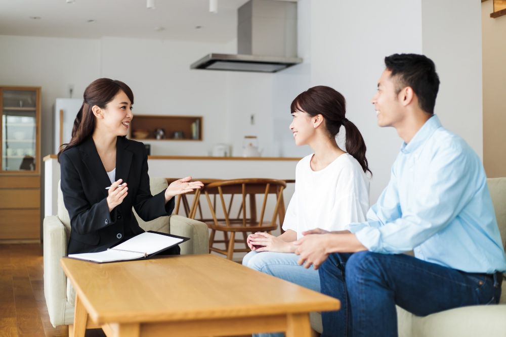 リフォームの瑕疵保険について説明を受ける人