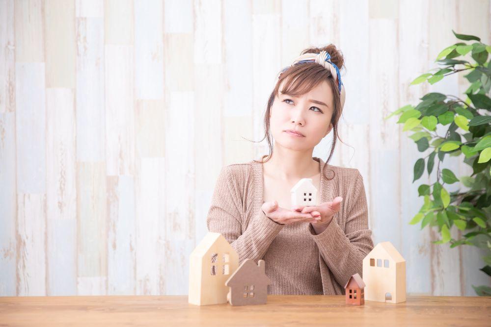 リノベ向きの住宅について悩む女性
